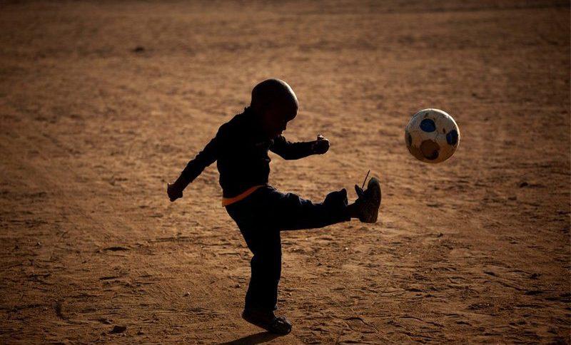хлопчик з мячем