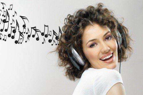 divchyna-sluhaye-muzyku