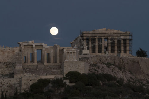 epa05630389 The moon rises over the ancient Acropolis of Athens, Greece, 13 November 2016. It will be the biggest full moon of the last 70 years.  EPA/ANDREA BONETTI