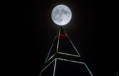 epa05630375 The full moon shines above the pyramidal top of the 256.5 meter high measuring tower in Frankfurt am Main, Germany, 13 of November 2016. The moon is as close closest to the earth since the past 70 years, it is expected to appear at its biggest and brightest since January 1948.  EPA/FRANK RUMPENHORST